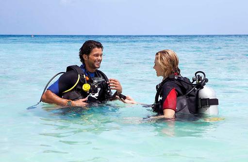 Taucher im Wasser, Vilamendhoo Island Resort, Maldives