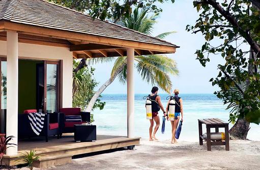 Taucher am Bungalow, Vilamendhoo Island Resort, Maldives