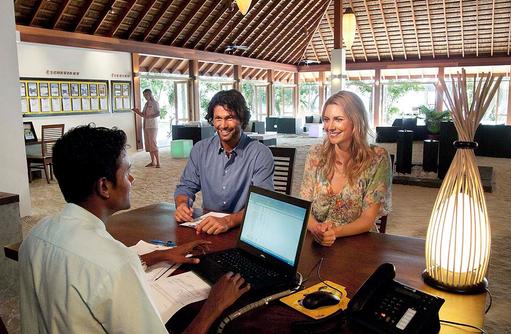 Models an der Rezeption, Vilamendhoo Island Resort, Maldives