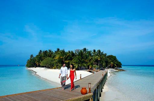 Models auf dem Steg, Vilamendhoo Island Resort, Maldives
