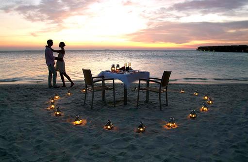 Romantisches Dinner am Strand, Vilamendhoo Island Resort, Maldives