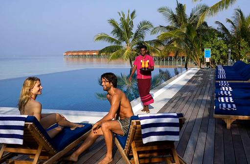 Pool mit Liegen und Bedienung, Vilamendhoo Island Resort, Maldives