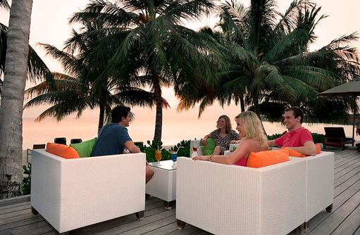 Sunset Bar mit Models, Vilamendhoo Island Resort, Maldives