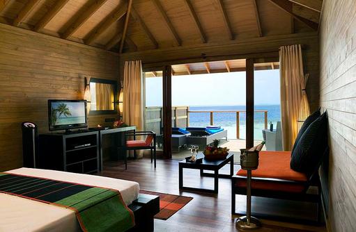 Jacuzzi Water Villa, Schlaf und Wohnbereich, Vilamendhoo Island Resort, Maldives