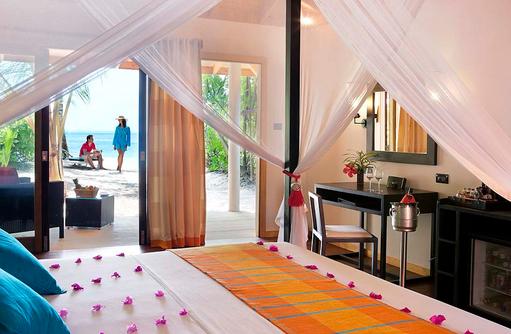 Bett in der Jacuzzi Beach Villa, Vilamendhoo Island Resort, Maldives