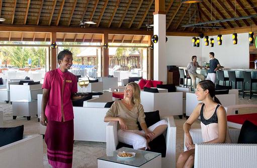 Sunset Bar Innenbereich mit Models, Vilamendhoo Island Resort, Maldives