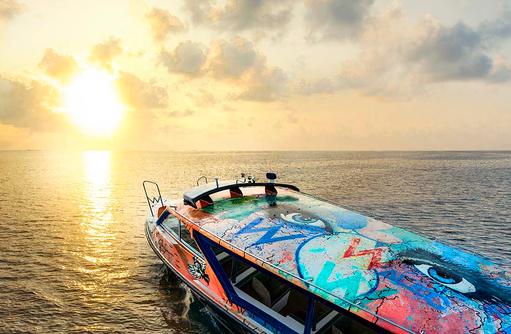 Speedboot, bemalt von Alec Monopoly, W Retreat & Spa Maldives
