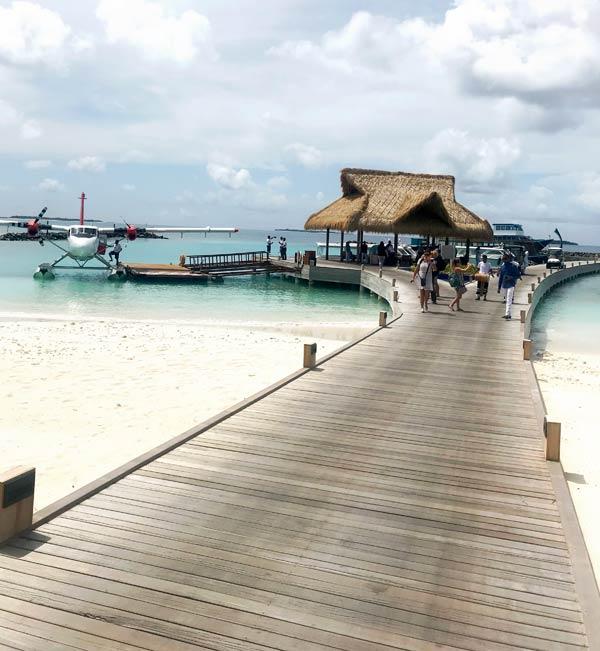 Wasserflugzeug am Steg des Emerald Maldives