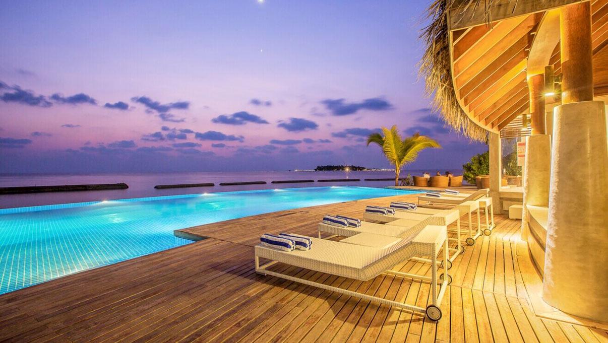 Infinity Pool beim Sonnenuntergang | Amaya Kuda Rah