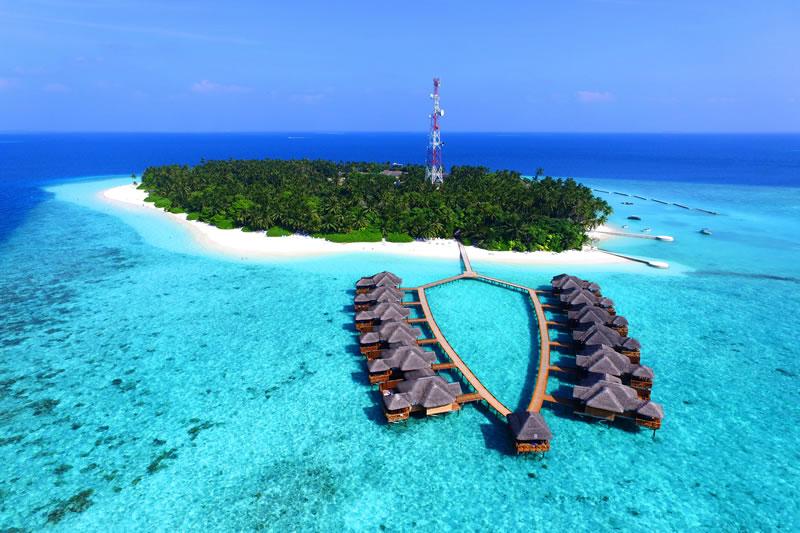 Blick auf die WaterBungalows und die Insel, Fihalhohi Island Resort, Maldives