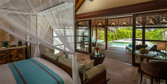 Wohnbereich des Sunset Beach Bungalow with Pool, Four Seasons Resort Maldives at Kuda Huraa
