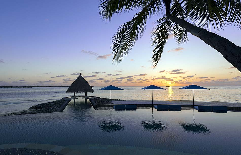 Serenity Pool bei Sonnenuntergang, Adults only, Four Seasons Resort Maldives at Kuda Huraa