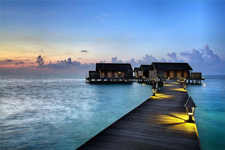 Beleuchteter Steg zu den Water Villas, Gangehi Island Resort, Maldives