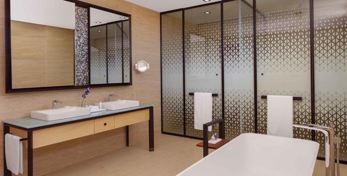 Badezimmetr, 3 Bedroom Family Beach Villa with Private Pool, Radisson Blu Resort Maldives