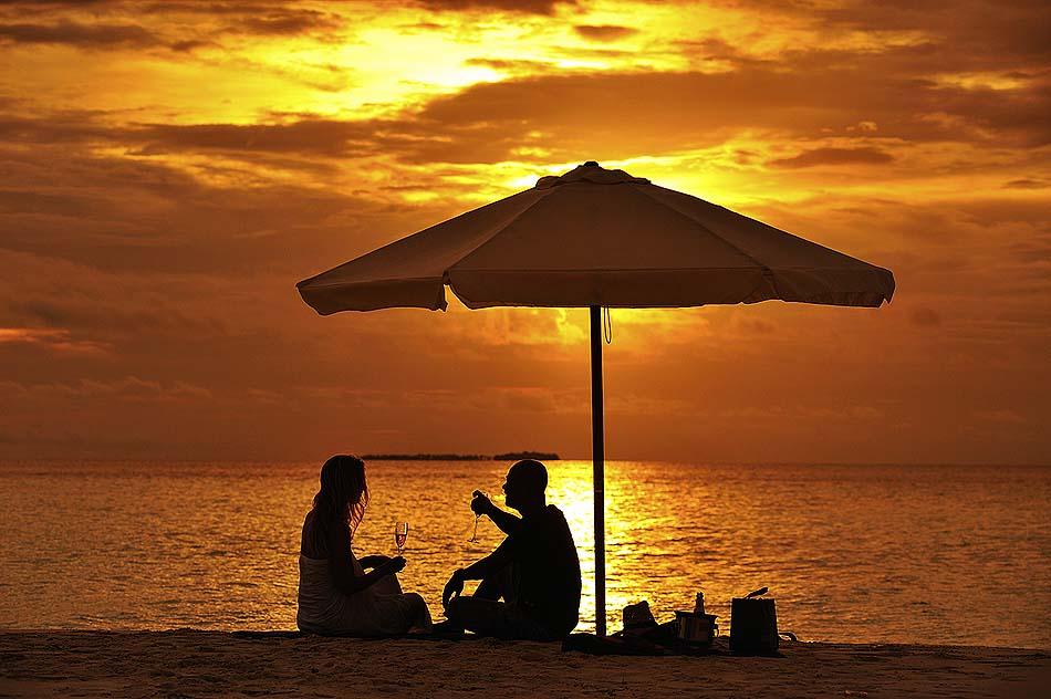 Sonnenuntergang am Strand zu zweit genießen I ROBINSON Club Maldives