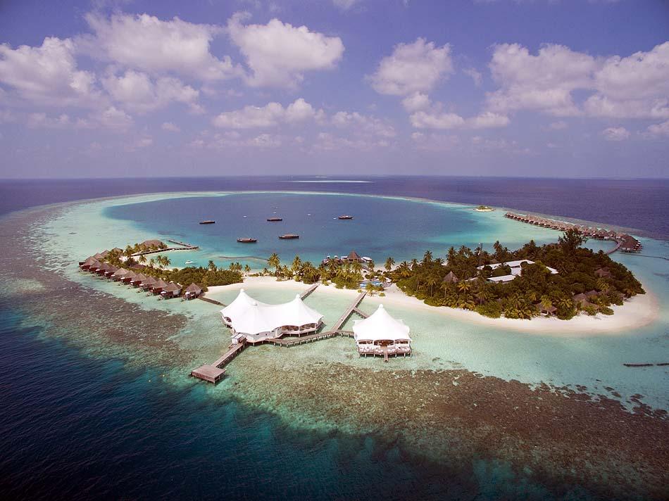 Blick auf das Restaurant auf Stelzen, Safari Island Resort, Maldives