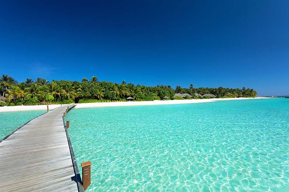 Blick vom Meer auf den Strand, Veligandu Island Resort, Maldives